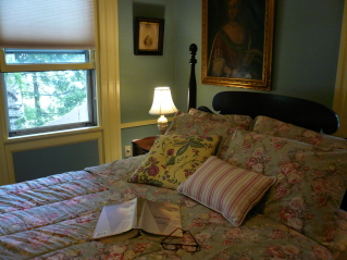 Maine room with bed