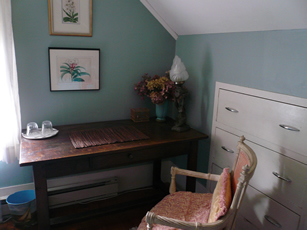 Maine room with desk